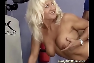 mature bodybuilder fucked by her trainer