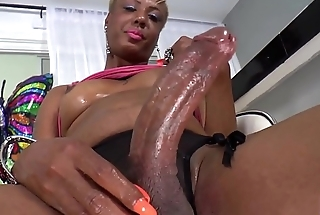 Curvy mature ts jerking her black dong